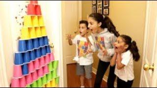 يلعب الأطفال مع أكواب ملونة وبيض مفاجئ مع ألعاب Heidi و Zidane