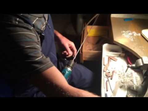 12 апр 2016. А пару минут назад это был диск. Далее мы попадает в цех, где на серебряной посуде делают узоры из серебряной проволоки. Здесь из кусочков проволоки на поверхности посуды складывают рисунок. Обратите внимание насколько гладко отшлифована поверхность посуды, что не видно.