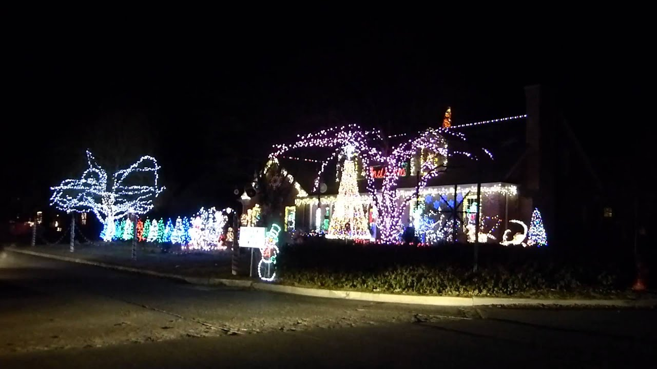 A highly-addictive Christmas lights and music show in Wilmette - YouTube