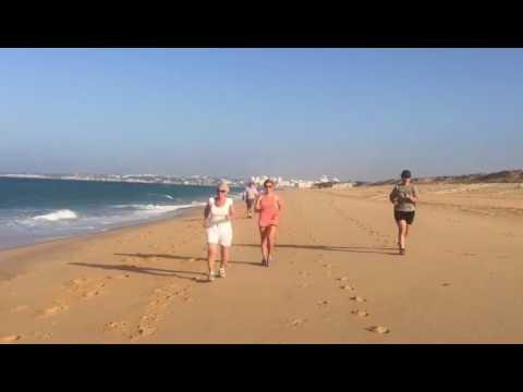 Looptraining over het strand bij Health Holidays in Portugal