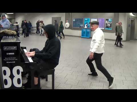 Duelling Pianos In The Station