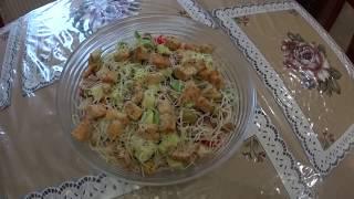 Салат. Авокадо с курицей и овощами.