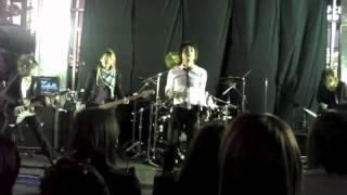 ロックバンドVIAGRADEが2008年4月22日に行った新宿ステーションスクエア...