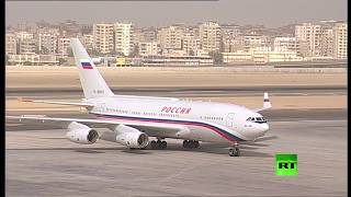 بالفيديو والصور| السيسي يستقبل بوتين في مطار القاهرة