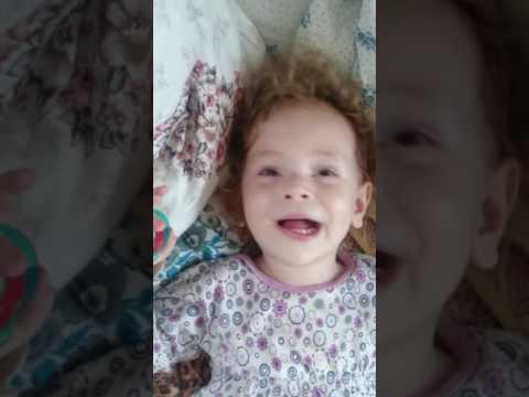 Алина Маратовна 2 года, рассказывает сказку.