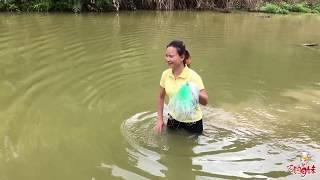 下雨天,农村美女往塘里放下30米大网,几个小时后,把美女乐坏了!