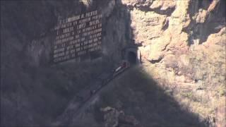 Chepe con Máquina de Construcción pasa por 3er nivel de vía del tren, Témoris, 28/Apr/2014