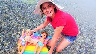 Ayşe Gül ve Mert ile denize giriyor! Bebek bakma oyunu! Kuklalarla yeni video