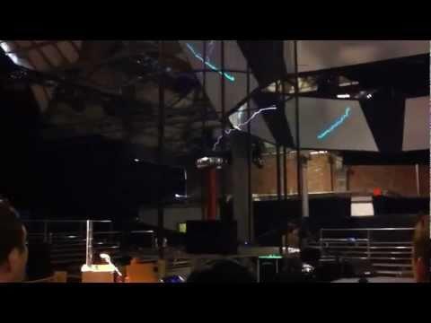 Björk - Harnessing the Tesla Coil (Biophilia, Manchester International Festival).mp4