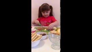 Фруктовый салат(апельсин,киви,яблоко,груша,сливки,йогурт,трубочки,шоколад)