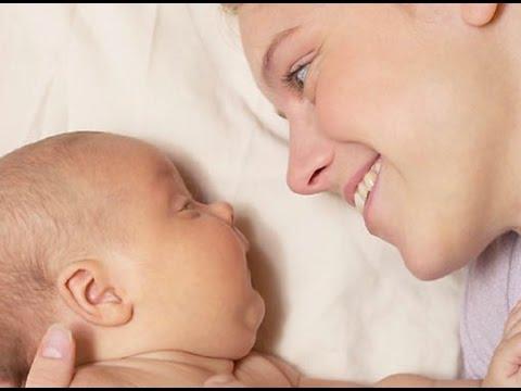 Как держать малыша при подмывании