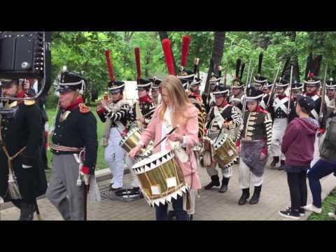 Русские солдаты (1812 год) маршируют по Страстному бульвару. Времена и Эпохи. 2017