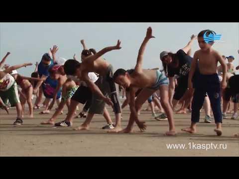 Ислам Махачев и Султан Алиев провели общегородскую зарядку на берегу каспийского моря