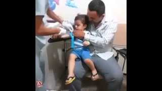 İğne Yaparken Çocuğu Kahkahalara Boğan Doktor