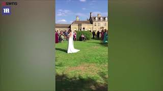 Мужчина сбежал со свадьбы, после того, как его подруга поймала букет невесты