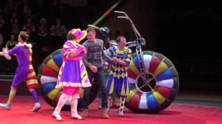 Цирк. Прикол. Моего брата клоуны вытащили на манеж. Брат Лёша катается на велосипеде в цирке(Я на выходных ходила с мамой и моим братом (ему 13 лет) в цирк, мама купила билеты на первый ряд и моего брата..., 2016-03-23T16:46:18.000Z)