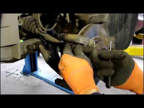 Замена передних тормозных колодок Ниссан Кашкай 2008 Nissan QASHQAI 2,0