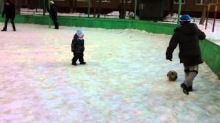 Арсений 1 год 8 месяцев играет в футбол ребенок 1 год