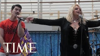 Bonnie Tyler Sings 'Total Eclipse Of The Heart' During The Eclipse With DNCE On A Cruise Ship | TIME Mp3
