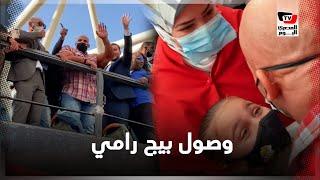 استقبال تاريخي لبيج رامي بمطار القاهرة.. ومشهد مؤثر أثناء لقاء زوجته وابنته