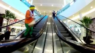 ליצן במדרגות נעות