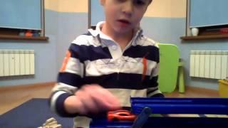 Мальчик играет в машинки! АВТОВОЗ :)