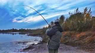 ЧТО ОН ТАМ ТАЩИТ?! УДОЧКА В ДУГУ! рыбалка на реке Чулым