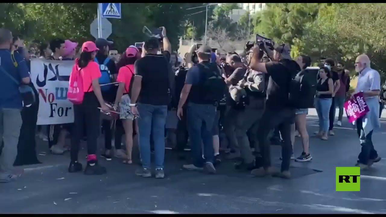 اعتقال متظاهرة إسرائيلية خلال مظاهرة لنشطاء اليسار عند مدخل الشيخ جراح في القدس