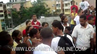 Repeat youtube video 2 Mujeres Bailando Colegio Maria Del Carmen