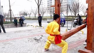 Мастер кунг фу держит удар по самым болезненным точкам тела