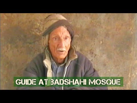 Pakistan: Guide at Badshahi Masjid