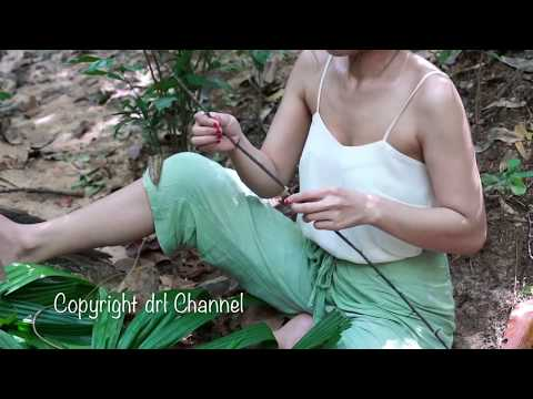 Primitive Technology   A Girl Take the leaves to make clothes in jungle