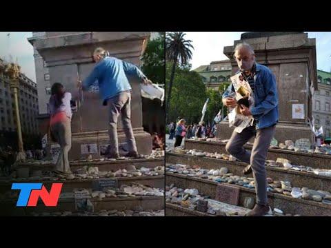 Militantes peronistas arrancaron fotos y carteles de la marcha de las piedras en Plaza de Mayo