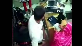 إمرأة تسرق المال من البائع أمام عينه بدون أن يشعر بها