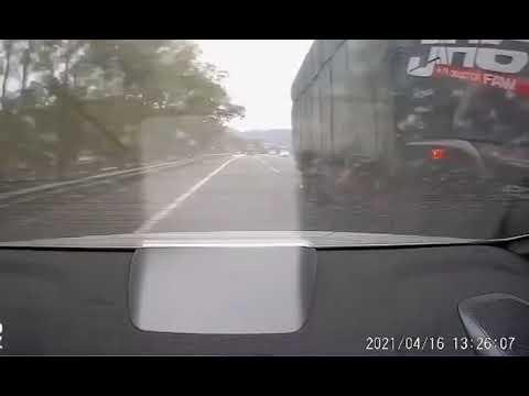 中國三寶|龜速車和大貨車並排走,後貨很嚴重