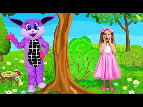 Vampirina and Sasha playing with Make Up Toys and Playhouse