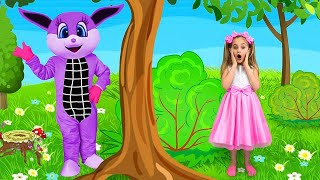 Vampirina and Sasha playing with Make Up Toys and Playhouse