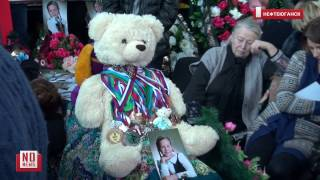 В Нефтеюганске тысячи людей хоронят погибших в ДТП(В Нефтеюганске тысячи людей пришли проститься с погибшими в массовом ДТП учениками спортивной школы и..., 2016-12-07T18:37:51.000Z)