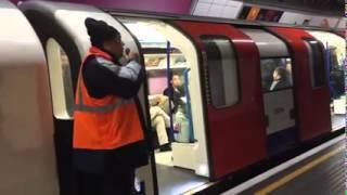 Gördüğüm En İyi Londra Metrosu Anonsçusu