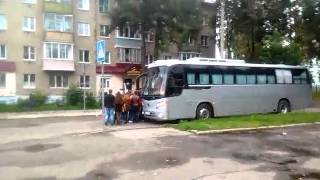 По Костроме движется колонна с американскими флагами