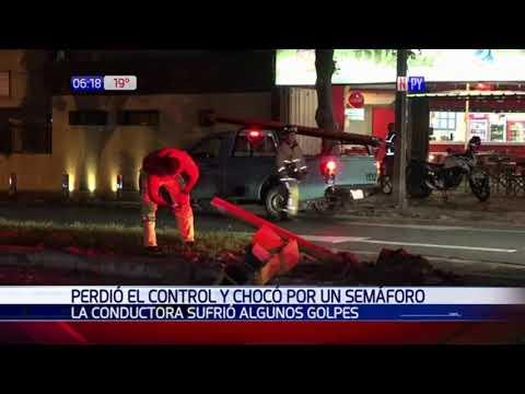 Violento choque contra un semáforo sobre la avenida Brasilia