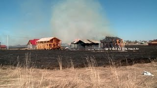 Три дома и две постройки сгорели от горящей травы в  Приморском районе Архангельской области