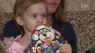 Подарки из рук необычного Деда Мороза получили дети под Новый год
