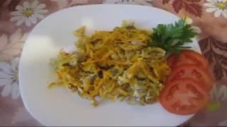 Теплый салат из куриных желудочков с морковью и луком