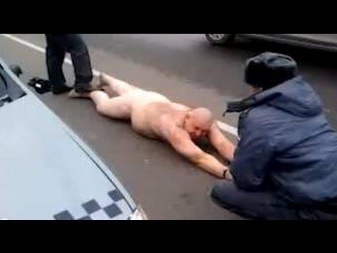 Шутник перепрыгивает через полицейские и арестовывают его задницу