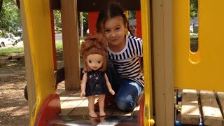 Я и моя любимая кукла Принцесса София на детской площадке