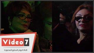 """بالفيديو..فى""""لوك"""" جديد..نبيلة عبيد ولبلبة بالنظارات الطبية بعرض أزياء هانى البحيرى"""