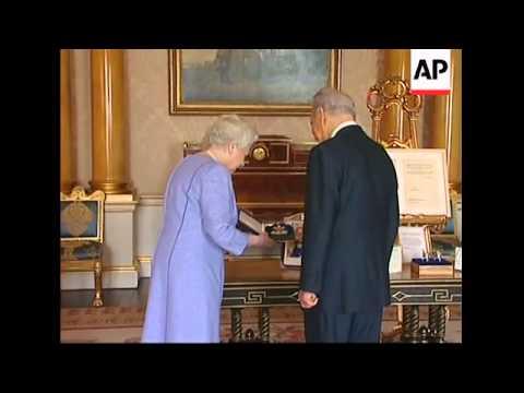 Israeli President Peres gets honorary knighthood