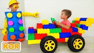 장난감 스포츠카에서 블라드와 니키타를 타고 컬러 장난감 블록으로 놀기