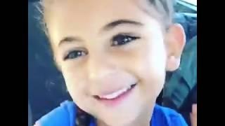 اللى عنده ضحكه زى ديه اللى لون عيونه مش عاديه